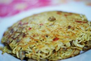 Indomie omelette emang enggak ada duanya. Plus nasi, sedaaappp!