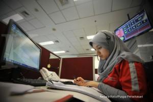 Petugas memeriksa berkas pengaduan masyarakat melalui Layanan Konsumen Terintegrasi di Jakarta,