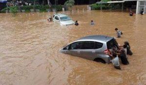 mobil2 tenggelam banjir jakarta