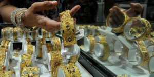 emas perhiasan atau batangan