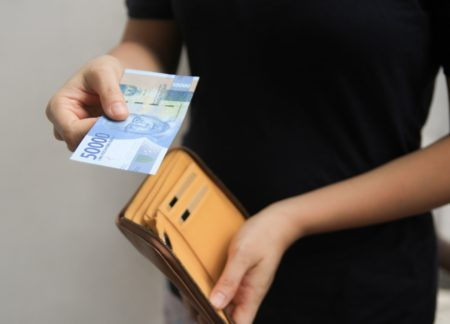 Tips menabung buat kamu yang jajannya cuma Rp 50 ribu per hari. (Shutterstock)