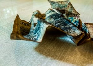 Uang kertas yang bakal kadaluarsa. (Shutterstock)