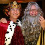Dua orang terkaya di dunia, Bill Gates yang berkostum raja, dan Warren Buffett yang berkostum penyihir Merlin. (Instagram/@thisisbillgates)