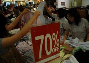Pengunjung memilih barang diskon di Centro Plaza Semanggi, tahun 2008 silam. (Tempo/Nickmatulhuda)