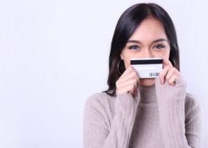 Wanita memakai kartu kredit