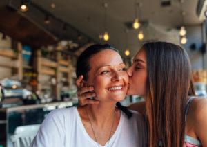 Ibu dan anak dalam menyambut Hari Kartini (Shutterstock).
