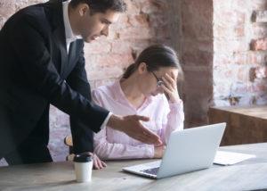 Introspeksi diri dan bekerja mencapai target menjadi cara pintar dalam menjawab kritikan kerja (Shutterstock).