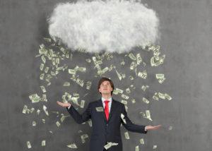 Salah satu sumber untuk mendapatkan modal usaha adalah dengan menyisihkan gaji bulanan (Shutterstock).
