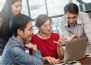 Karyawan dengan produktivitas kerja baik akan disenangi rekan kerja (Shutterstock)