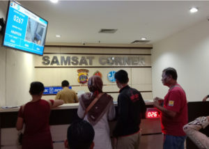 Bayar Pajak Kendaraan di Samsat (Shutterstock).