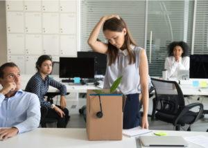 Seorang karyawan kena Pemutusan Hubungan Kerja (Shutterstock).