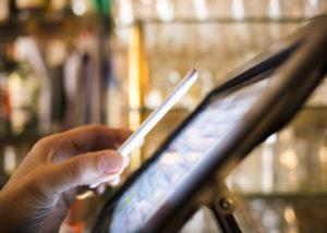 Transaksi Uang Elektronik Kini Semakin Memudahkan Masyarakat (Shutterstock).