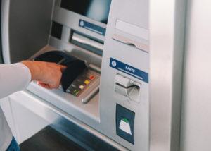 Cara Setor Tunai di ATM BCA Tanpa Kartu (Shutterstock).