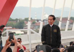 Presiden Jokowi Bangun Tol Langit (Shutterstock)